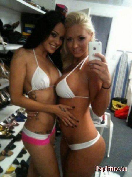 Частное фото девушек, наедине с зеркалом