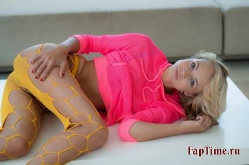 Блондика Nomi с голубыми глазами