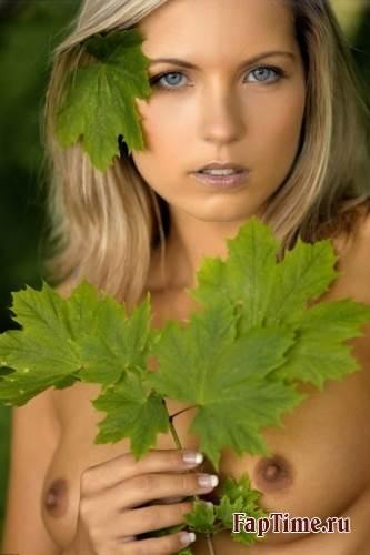 Фотосессия на природе от сексуальной блондиночки