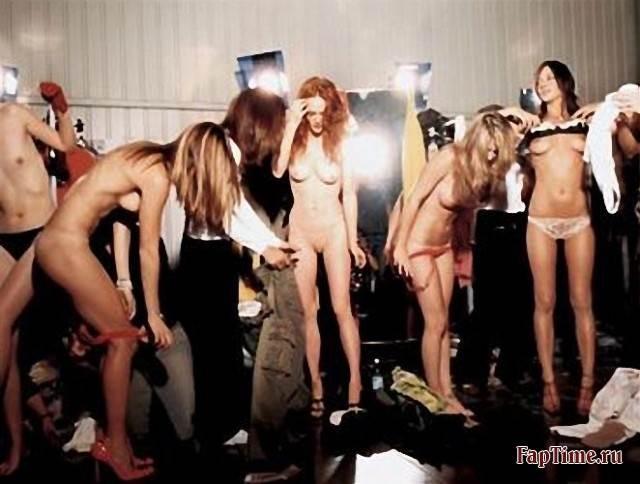 video-na-podiume-golie-smotret