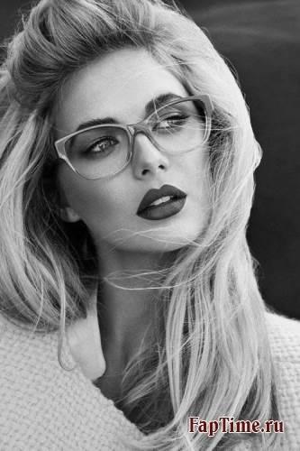 Красивые девушки в очках.