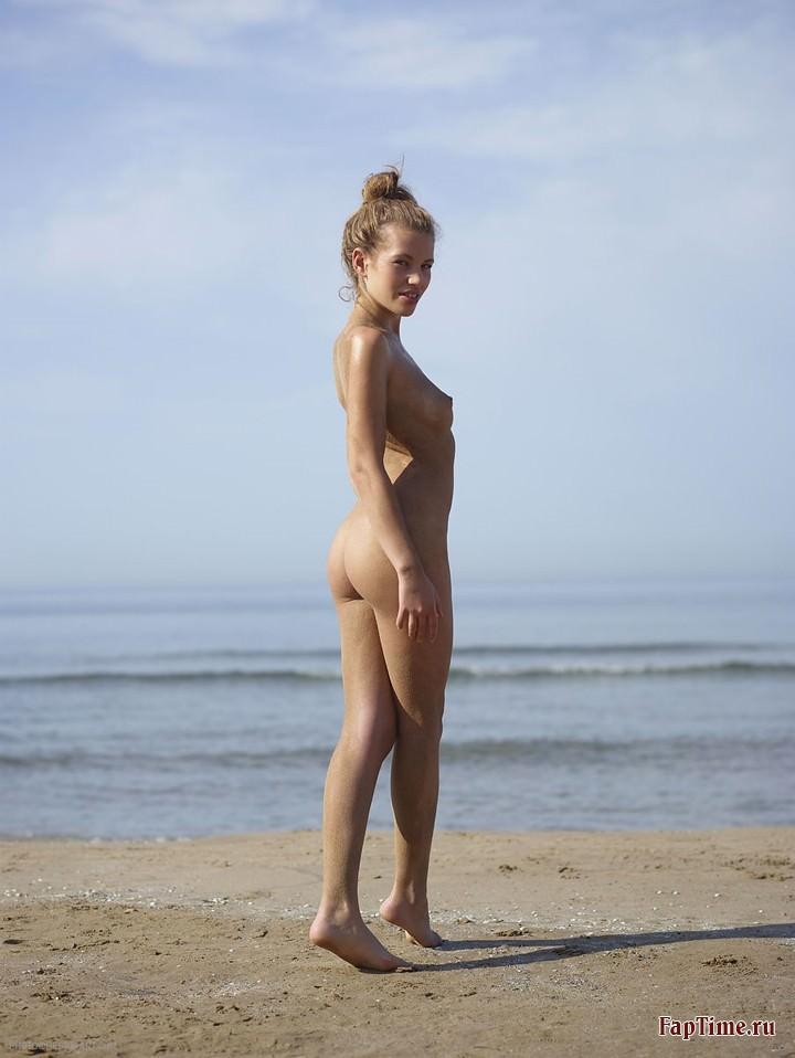 Голая девушка на пляже (13 фото)