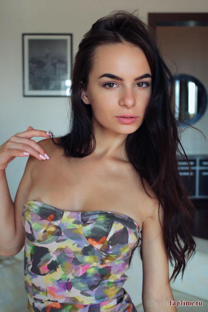 Миниатюрная брюнетка в платье (12 фото)